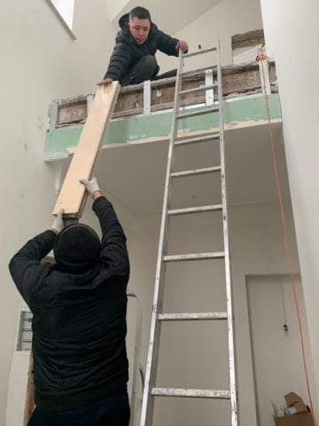 Подъем паркетной доски на второй этаж без лестницы для дерево декор  в спб